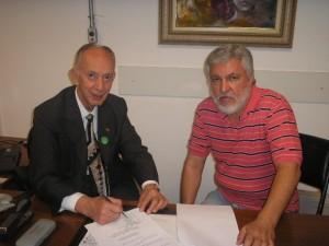 O prefeito Carneiro (com Uebe) de camisa listada: 1º em continuidade
