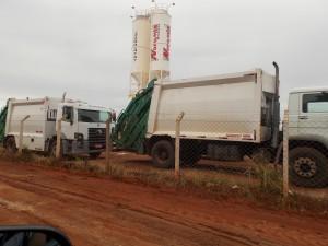 Caminhões da MultiAmbiental no pátio da Noromix, em Olímpia, onde a empresa tem sede